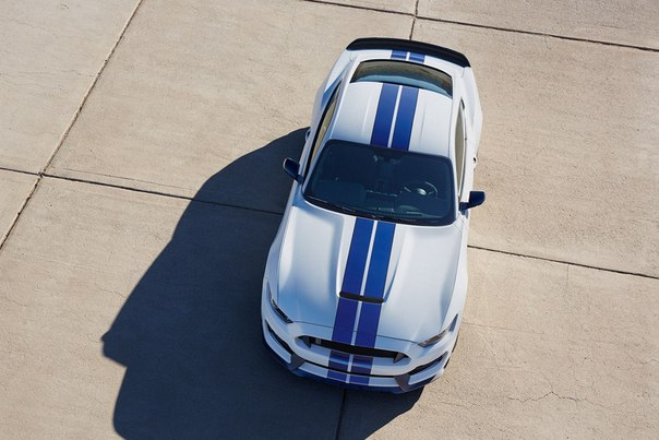 2017 Ford Shelby GT350 в цвете Oxford White.